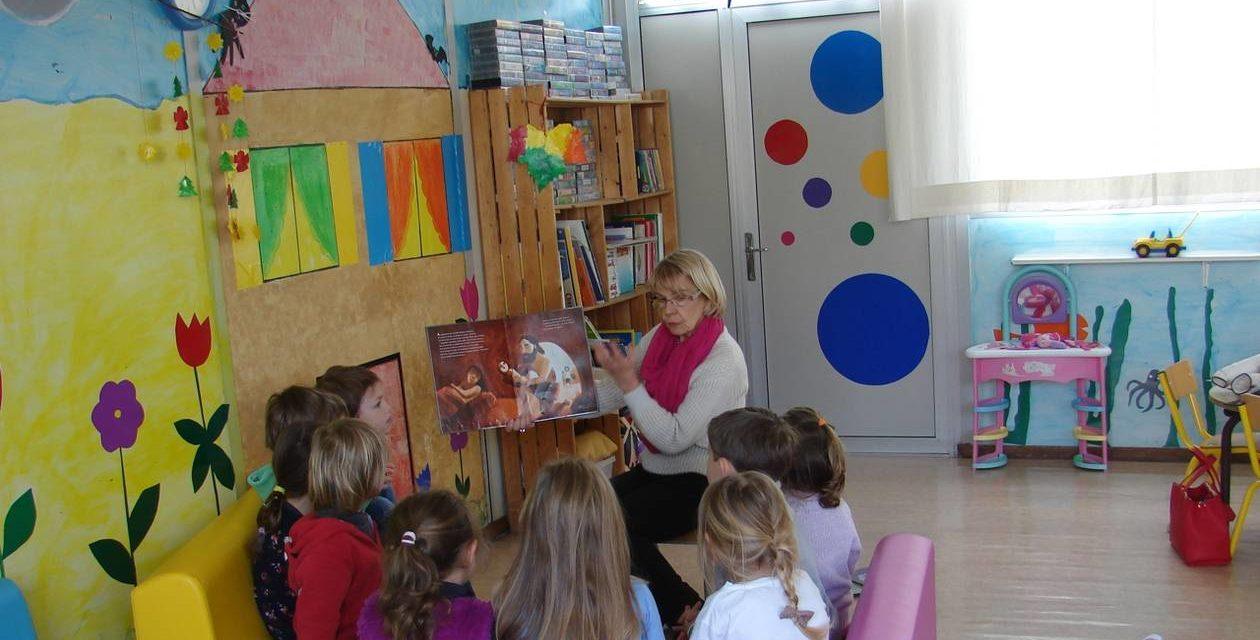 Le lundi, les histoires sont lues par Doris à Sainte-Honorine-du-Fay