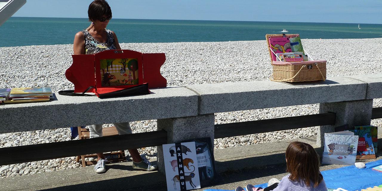 Lire à la plage à Fécamp